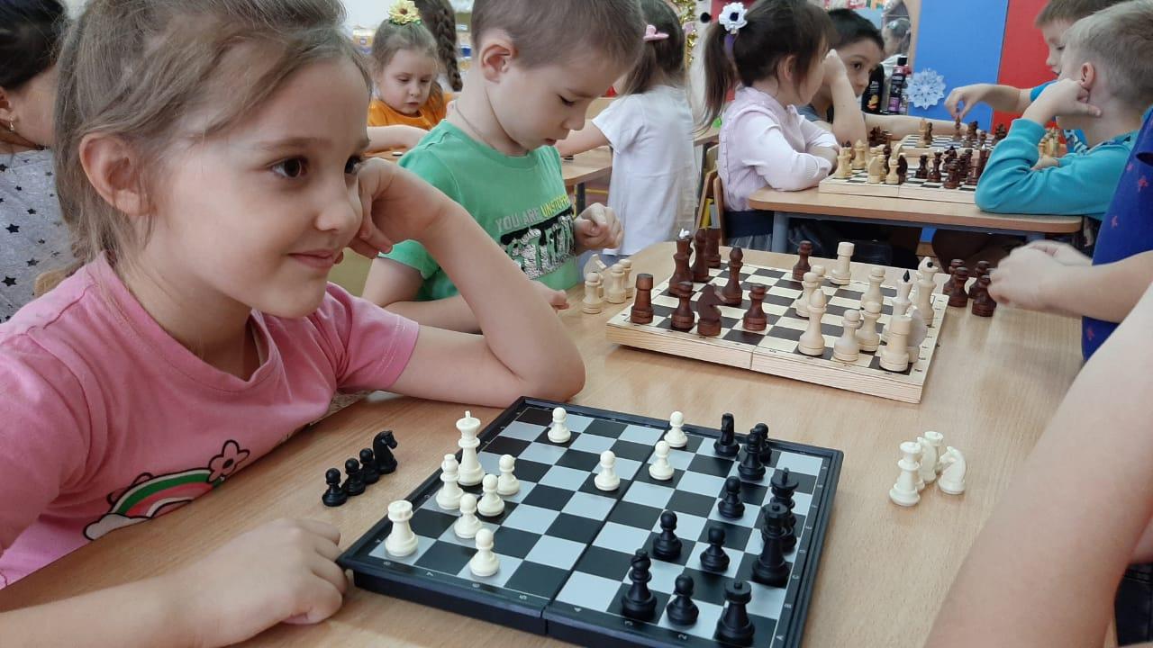 Малыши играют в шашки и шахматы…